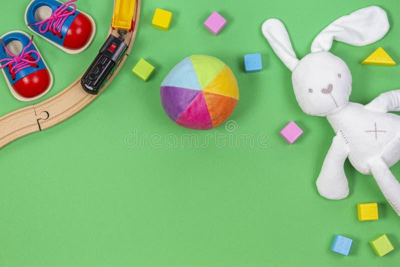 Il fondo dei giocattoli dei bambini del bambino con i giocattoli si prepara, blocchi di legno variopinti e giocattoli molli della fotografia stock libera da diritti