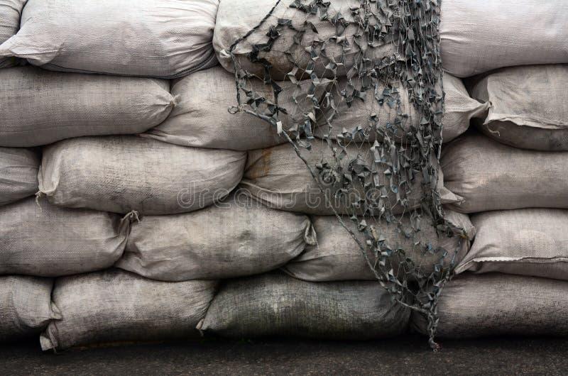Il fondo dei molti sabbia sporca insacca per la difesa dell'inondazione Barriera protettiva del sacchetto di sabbia per uso dei m immagine stock