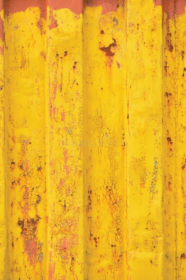 Il fondo del container del mar Giallo, il modello ondulato arrugginito, il rivestimento rosso dell'iniettore, verticale ha arrugg immagini stock