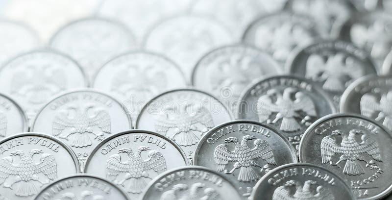 Il fondo delle monete brillanti e metalliche di un attendente della rublo ha sistemato sull'aereo immagini stock