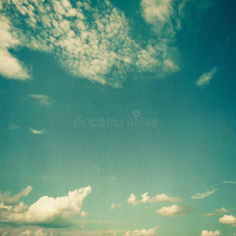 Il fondo delle nuvole e del cielo blu struttura l'annata con spazio fotografia stock