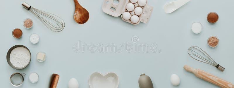Il fondo di cottura con cuoce gli ingredienti, insegna per il sito Web su fondo pastello, vista superiore immagine stock libera da diritti