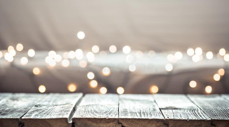Il fondo di festa di Natale con il piano d'appoggio di legno vuoto sopra la luce festiva del bokeh decora immagine stock libera da diritti