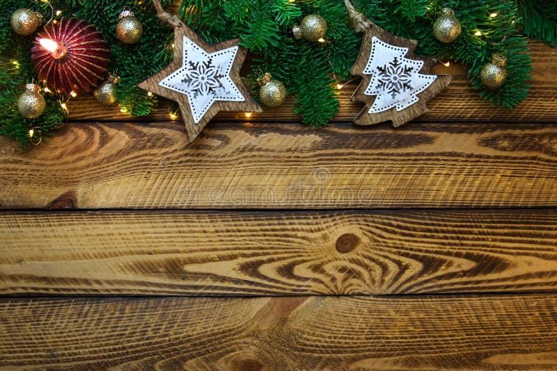 Il fondo di feste di Natale con verde dell'albero di Natale si ramifica e candela rossa fotografia stock libera da diritti