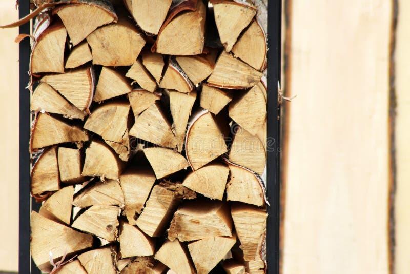 Il fondo di legna da ardere tagliata asciutta collega un mucchio fotografie stock libere da diritti