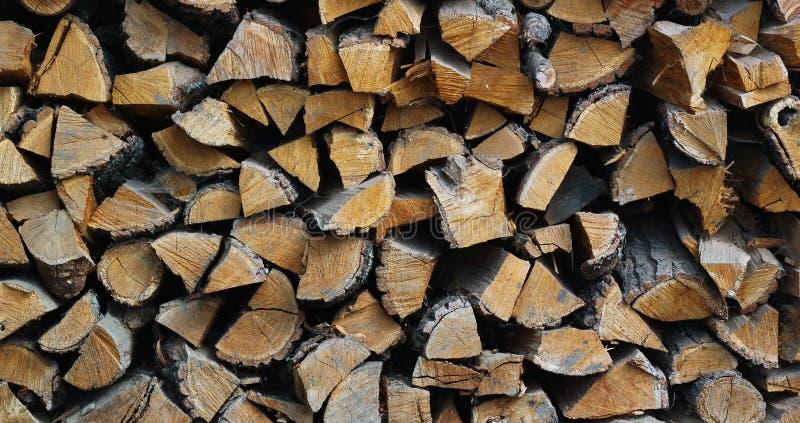 Il fondo di legna da ardere tagliata asciutta collega un mucchio immagini stock libere da diritti