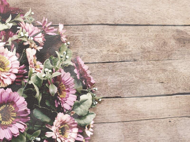 Il fondo di legno con la margherita fiorisce il colore d'annata del filtro dal mazzo fotografie stock