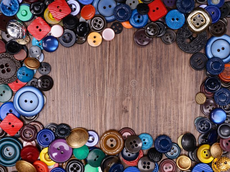 Il fondo di legno con vecchio modo ha ordinato i bottoni con lo spase della copia fotografia stock libera da diritti