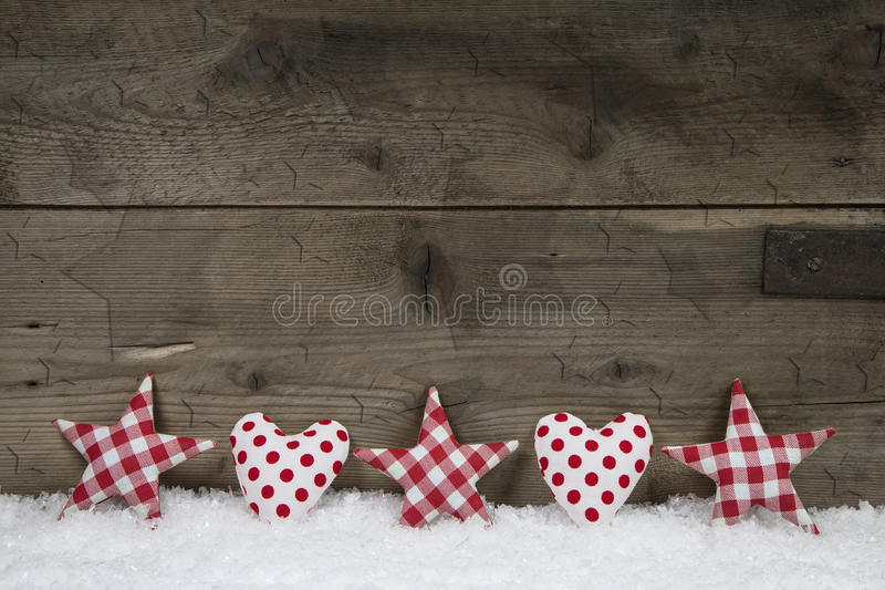 Il fondo di legno di natale con bianco rosso ha controllato i cuori e la st fotografia stock