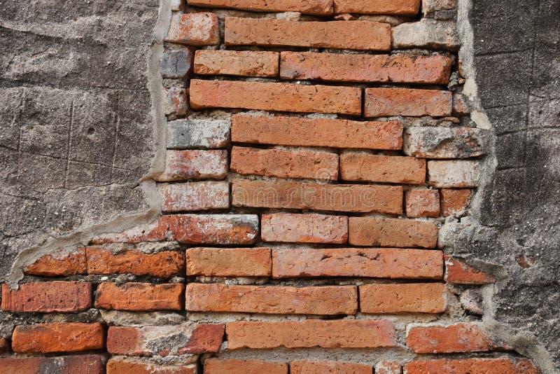 Il fondo di lerciume, la parete del gesso di struttura rossa del muro di mattoni ed il marciapiede luminosi della strada dei bloc immagine stock