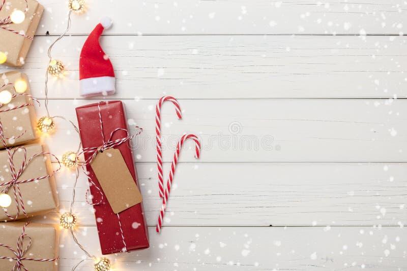 Il fondo di Natale con i contenitori di regalo e la ghirlanda si accendono fotografia stock