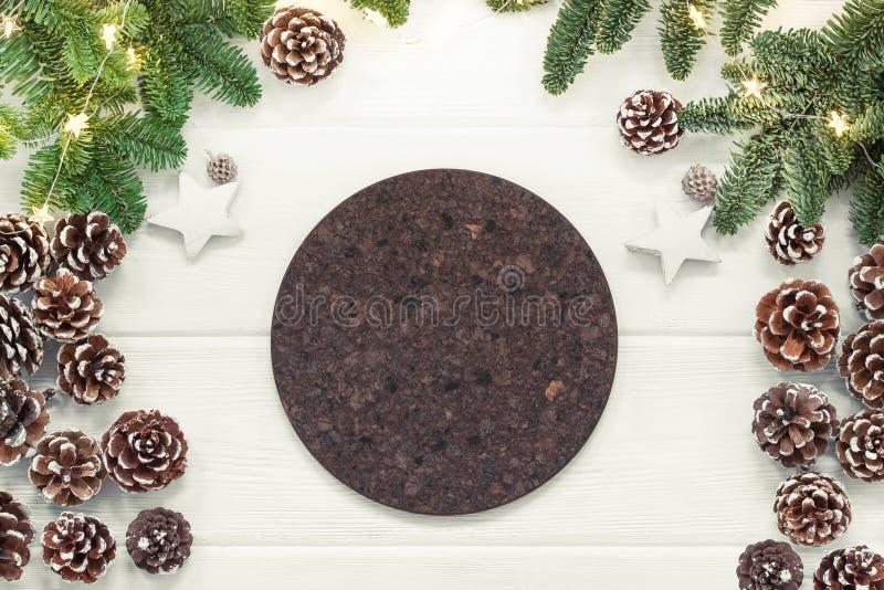 Il fondo di Natale con l'albero di abete e svuota intorno al sottobicchiere del sughero immagini stock libere da diritti