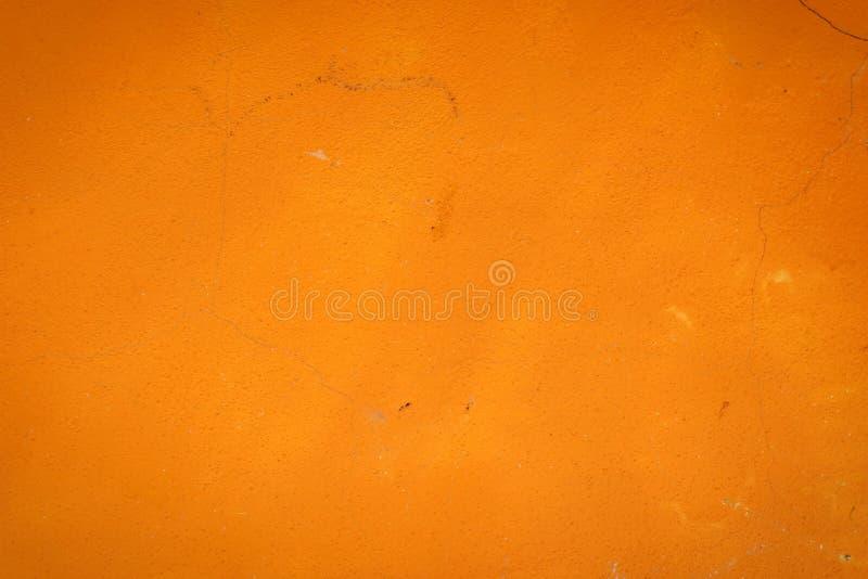 Il fondo di uno stucco arancio ha ricoperto e dipinto l'esterno, il grezzo di cemento e la struttura del muro di cemento, cappott immagine stock libera da diritti