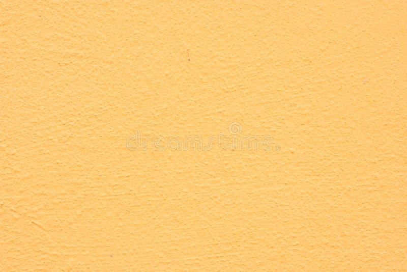 Il fondo di uno stucco giallo ha ricoperto e dipinto l'esterno, il grezzo di cemento e la struttura del muro di cemento fotografie stock