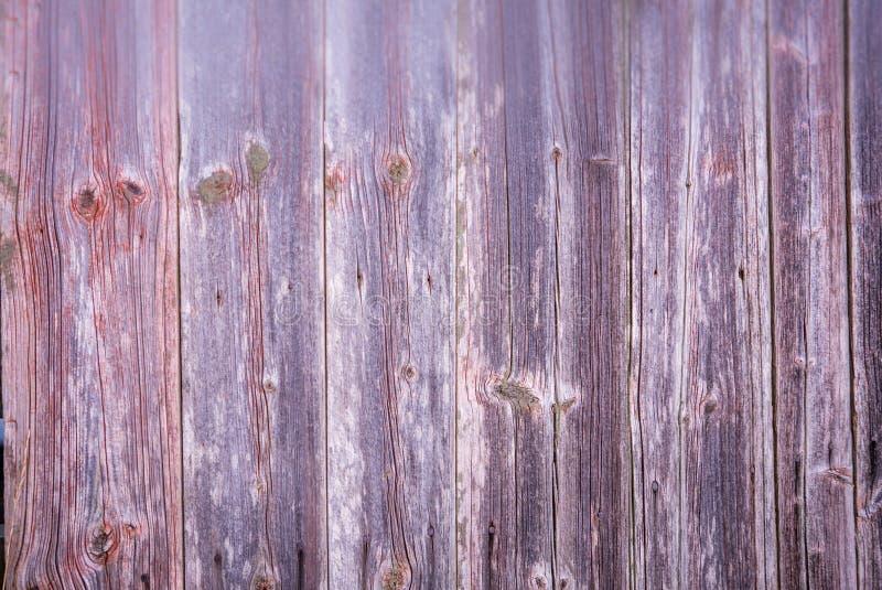 Il fondo grigio di vecchio legno con pittura rossa rimane fotografie stock