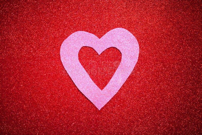 Il fondo luccicante rosso con cuore rosa, il giorno del ` s del biglietto di S. Valentino, struttura il fondo astratto, adatto ad fotografia stock