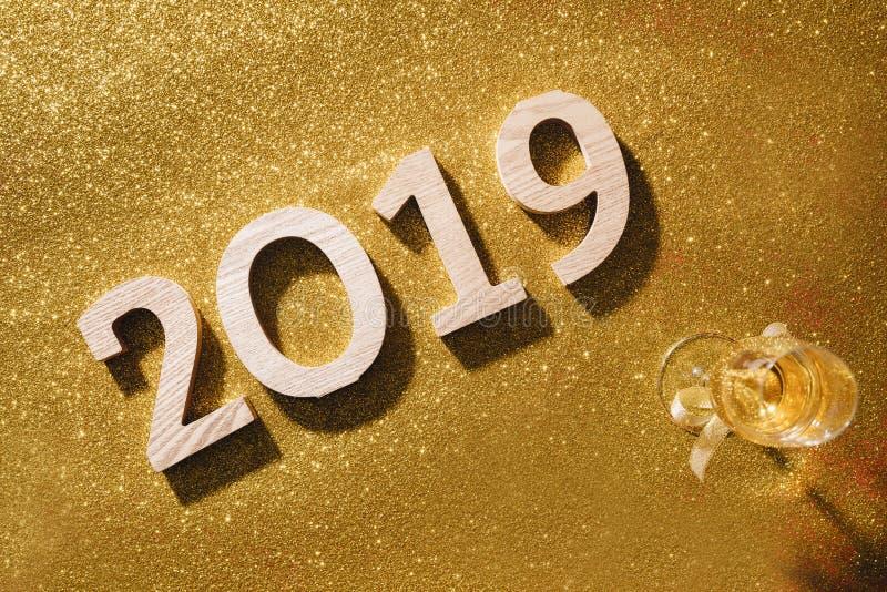 Il fondo scintillante del nuovo anno, copia lo spazio Champagne con i decori fotografia stock