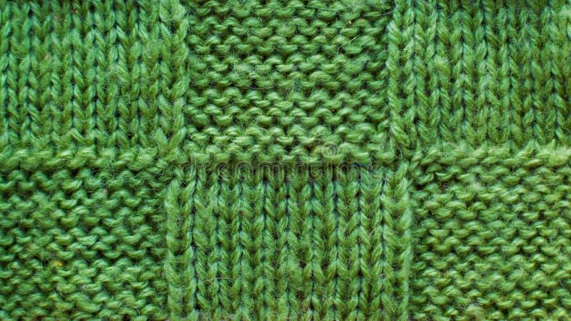 Il fondo verde della lana di filato tricottato, modello di struttura ha tricottato il tessuto fotografia stock libera da diritti