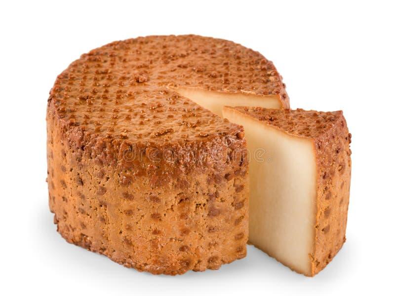 Il formaggio affumicato rotondo con il segmento ha tagliato la vista di angolo isolato immagini stock libere da diritti