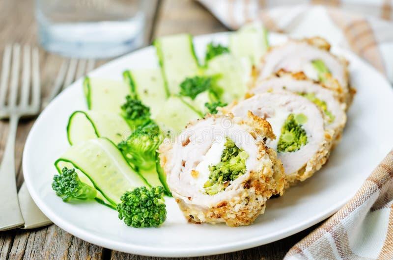 Il formaggio dei broccoli farcito sbriciola il pollo immagini stock libere da diritti