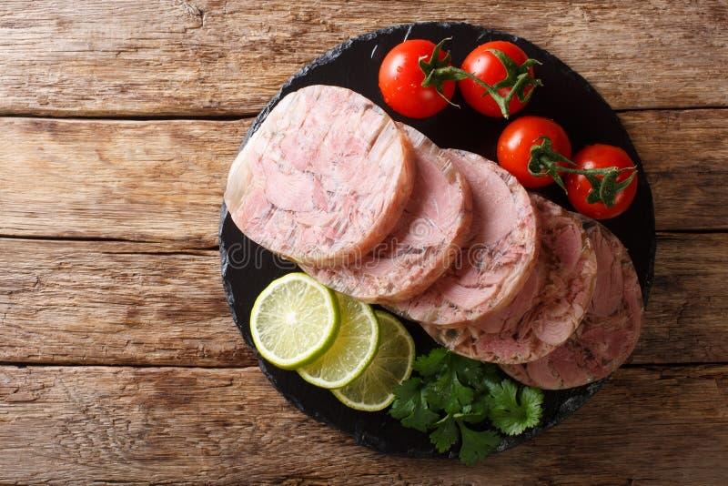 Il formaggio o il patè di maiale capo affettato delizioso è servito con il primo piano dei pomodori, della calce e del coriandolo immagine stock libera da diritti
