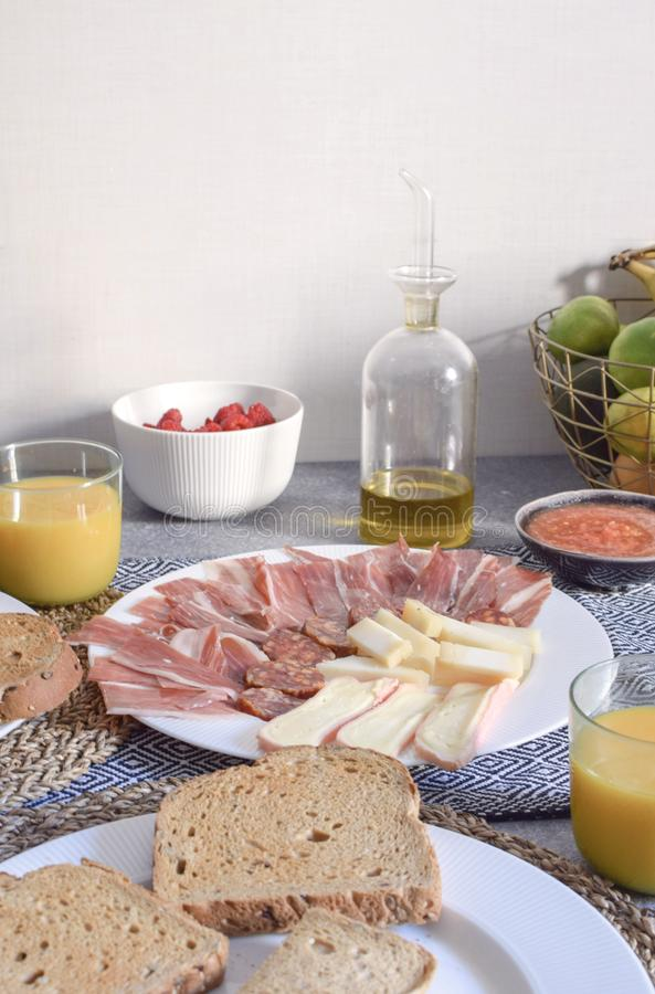 Il formaggio spagnolo tradizionale di Jamon della prima colazione ha tostato il pomodoro del pane fotografia stock