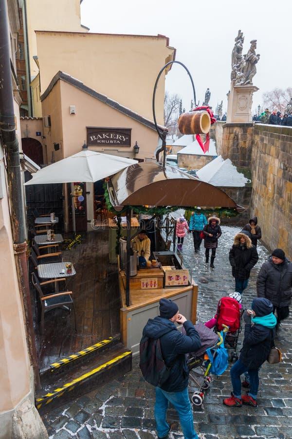 Il forno con il dessert dolce tradizionale ceco ha chiamato il trdelnik sulla via nella vecchia città di Praga fotografie stock libere da diritti