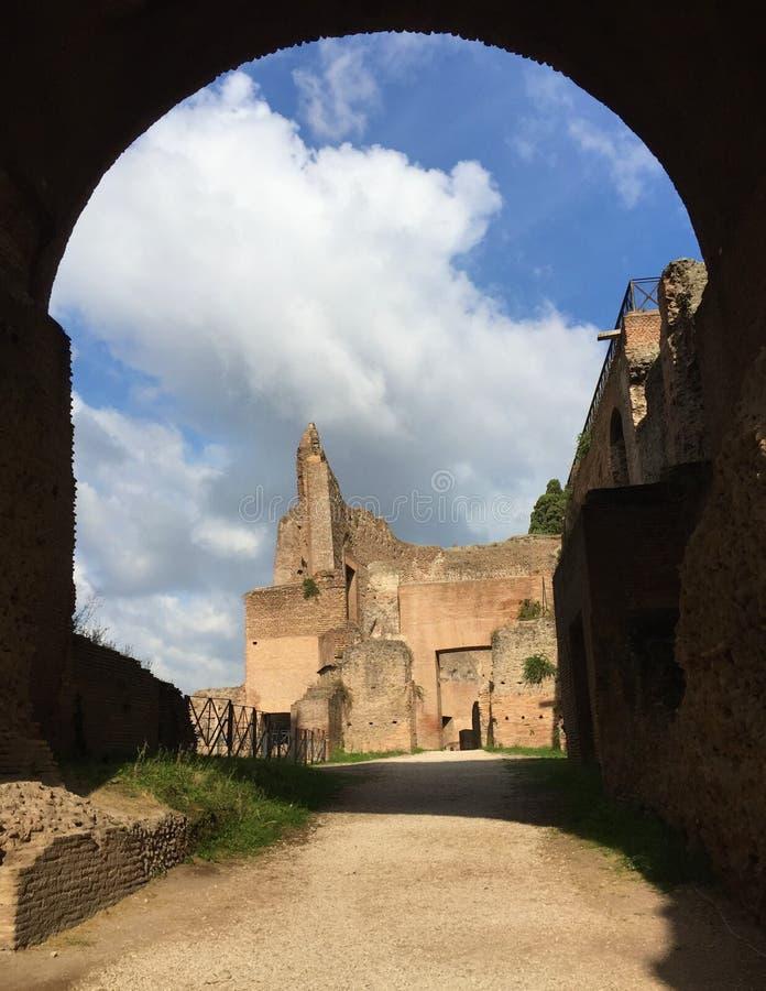 Il forum era il centro di vita quotidiana a Roma fotografie stock libere da diritti