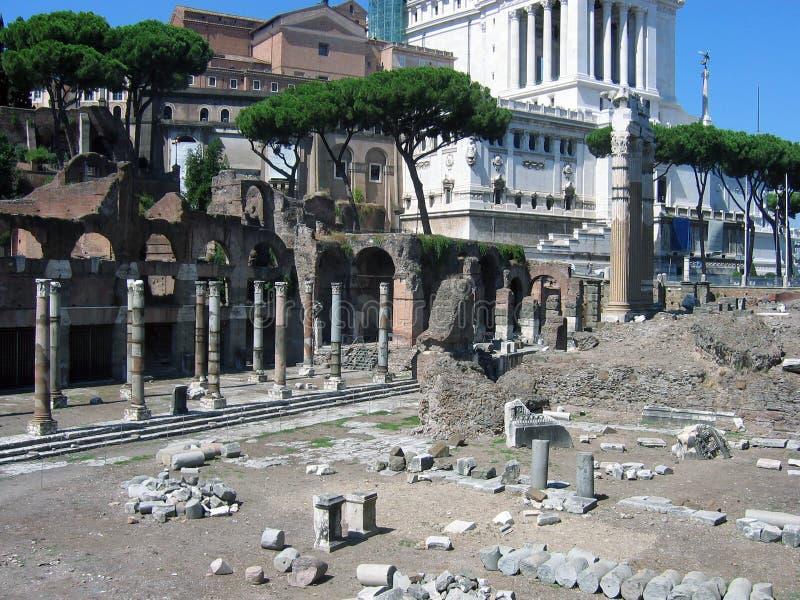 Il forum Julia fa parte del forum romano famoso, Italia, Europa Vedi il tempio di Venus Genetrix e del monumento a Victor Emmanu immagine stock