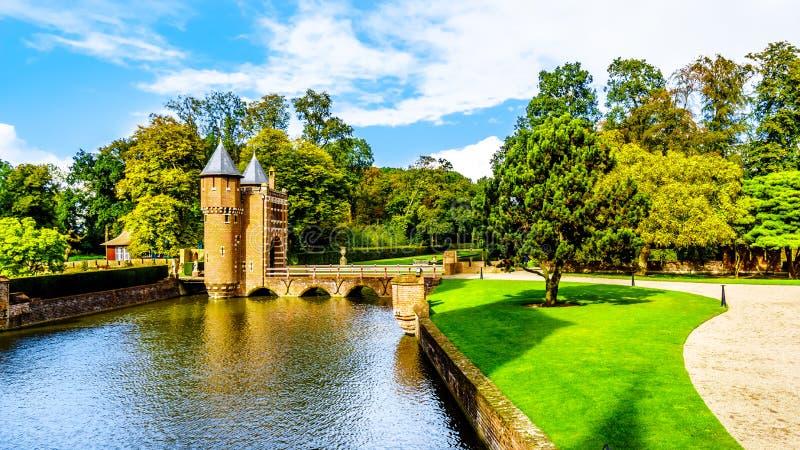 Il fossato ed e portone dell'entrata di Castle De Haar fotografia stock libera da diritti