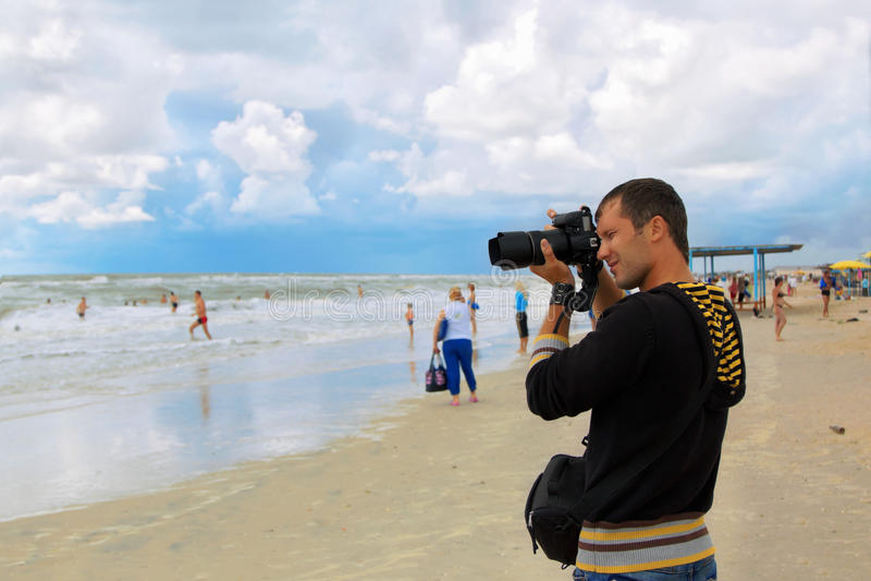 Il fotografo dell'uomo cattura il colpo immagini stock libere da diritti