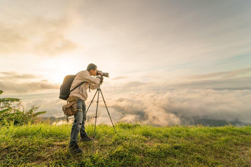 Il fotografo prende la nebbia della foto fotografia stock