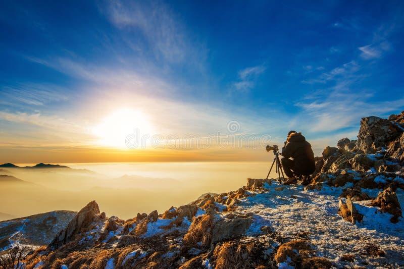 Il fotografo professionista prende le foto con la macchina fotografica fotografia stock libera da diritti