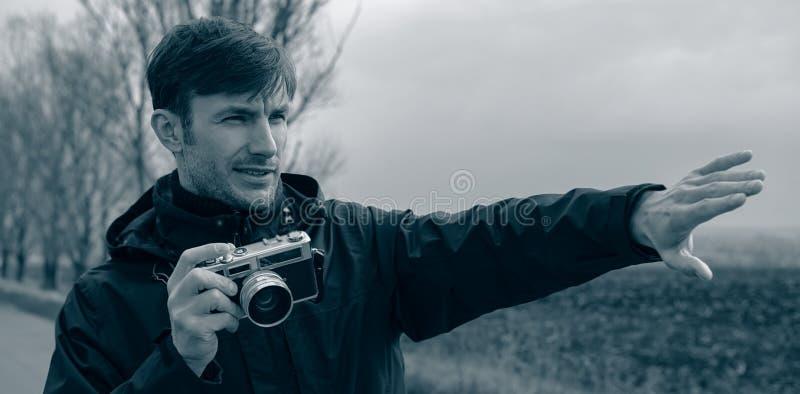 Il fotografo spara una macchina fotografica analogica in natura Bandiera di Web immagine stock