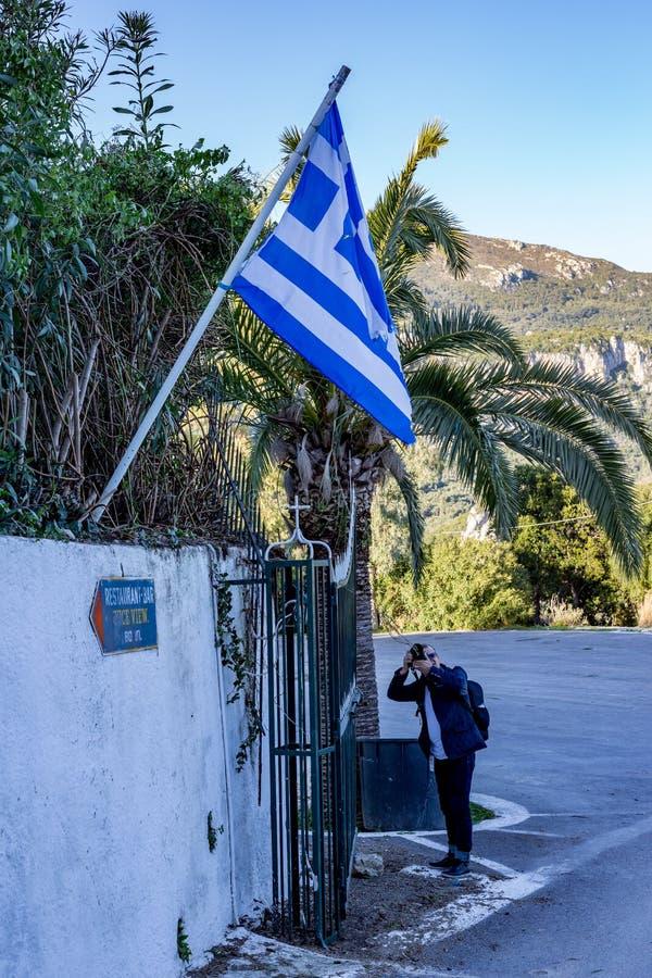Il fotografo sta prendendo le foto di grande bandiera greca fotografia stock libera da diritti