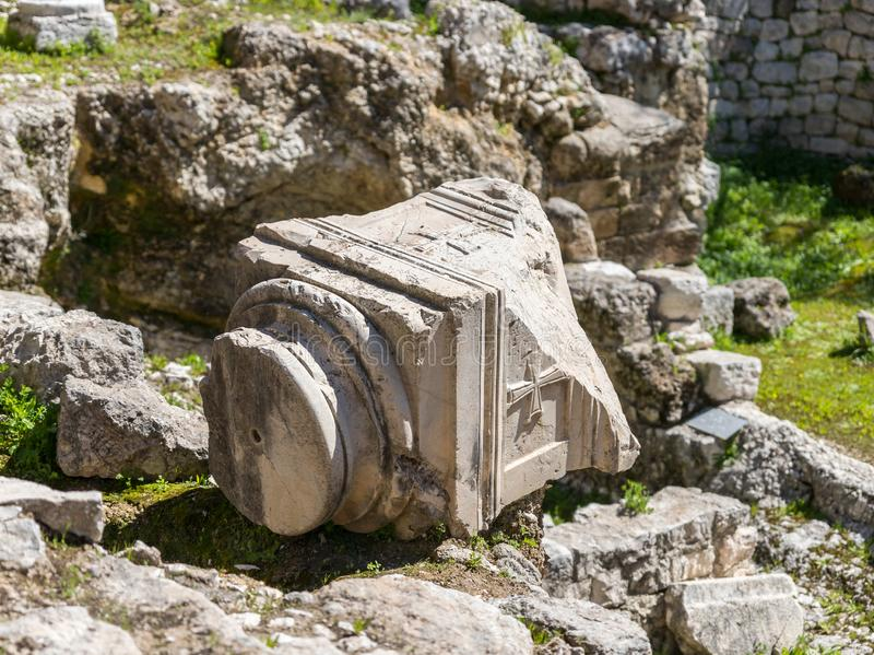 Il frammento della colonna si trova nel cortile degli stagni di Bethesda nella vecchia città di Gerusalemme, Israele fotografie stock libere da diritti