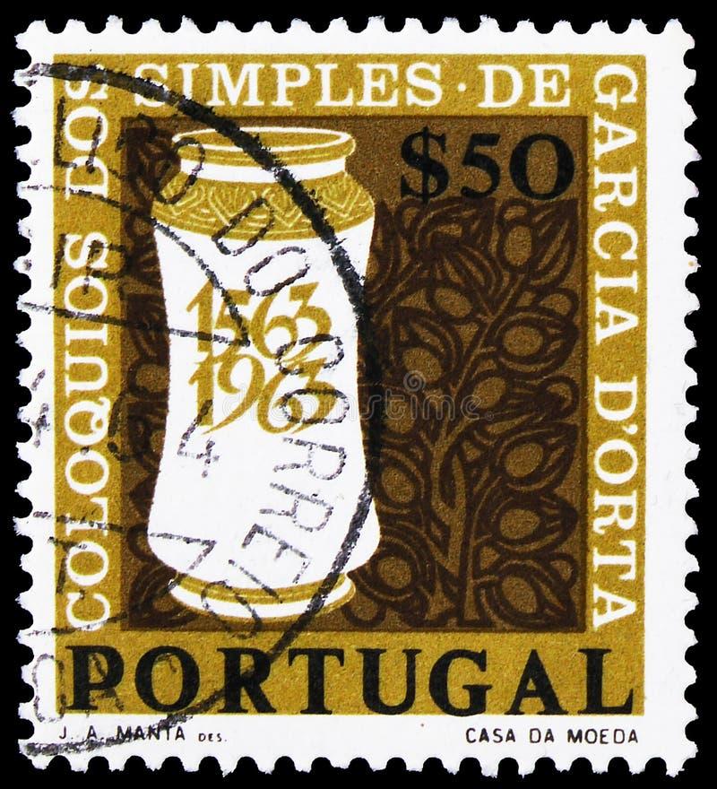 Il francobollo stampato in Portogallo mostra Medicine Jar e Stilized Healing Plants, Garcia D'Orta serie, circa 1964 fotografia stock