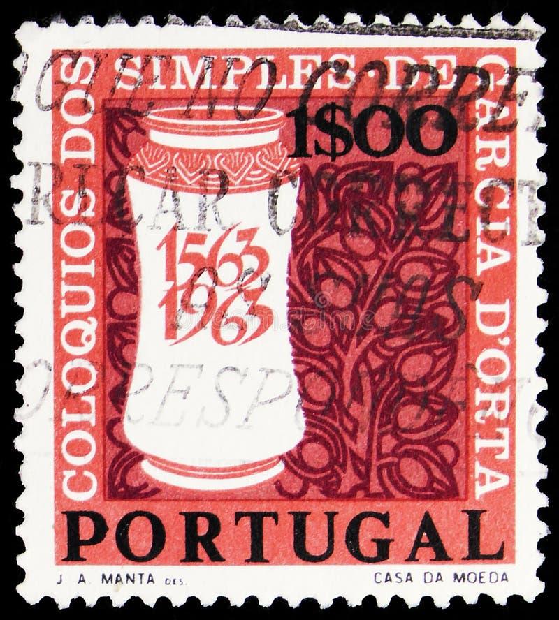 Il francobollo stampato in Portogallo mostra Medicine Jar e Stilized Healing Plants, Garcia D'Orta serie, circa 1964 immagine stock