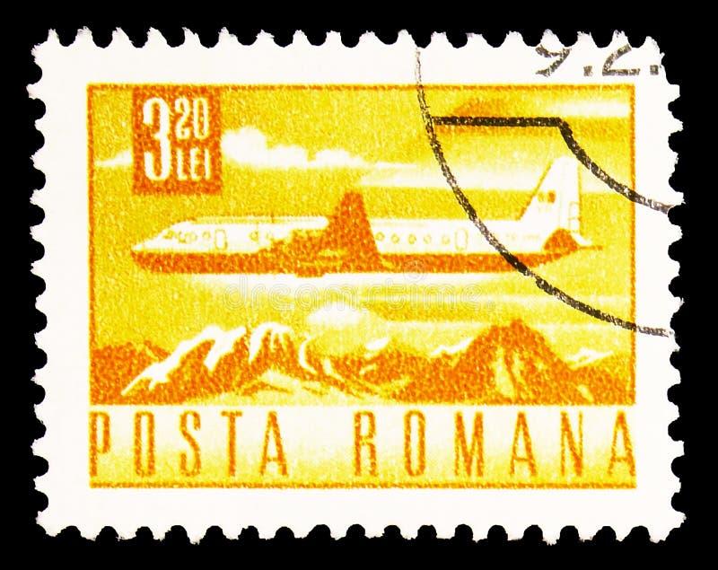 Il francobollo stampato in Romania mostra Ilyushin Il-18 Airliner over Mountain Landscape, Postal and Transport Series, circa 196 immagine stock libera da diritti