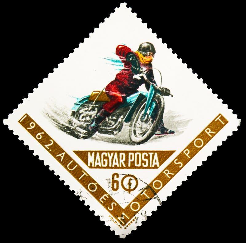 Il francobollo stampato in Ungheria mostra Cyclist in curve, Motorsport Series, circa 1962 fotografia stock