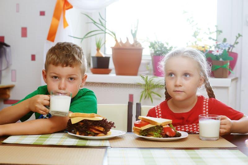 Il fratello allegro e la sorella preparano la prima colazione fotografie stock