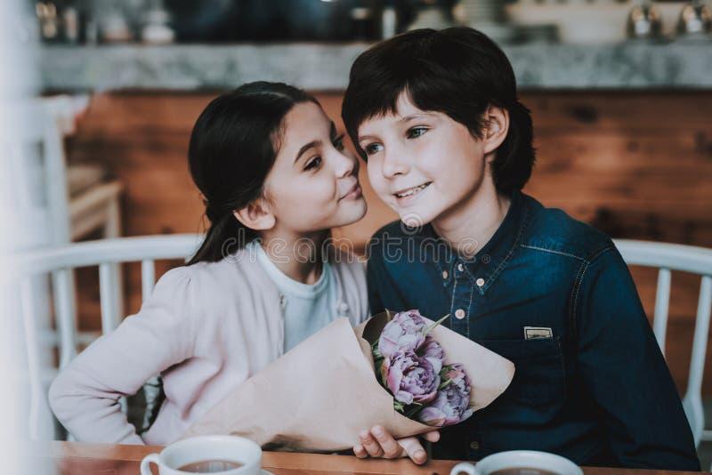 Il fratello e la sorella sta riposando in caffè immagini stock libere da diritti