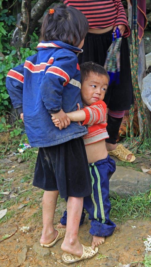 Il fratello sta abbracciando il suo oudoor della sorella nel PA del Sa immagine stock libera da diritti