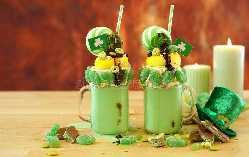 Il freak di festa di su tendenza del giorno di St Patrick scuote con la caramella e le lecca-lecca immagini stock