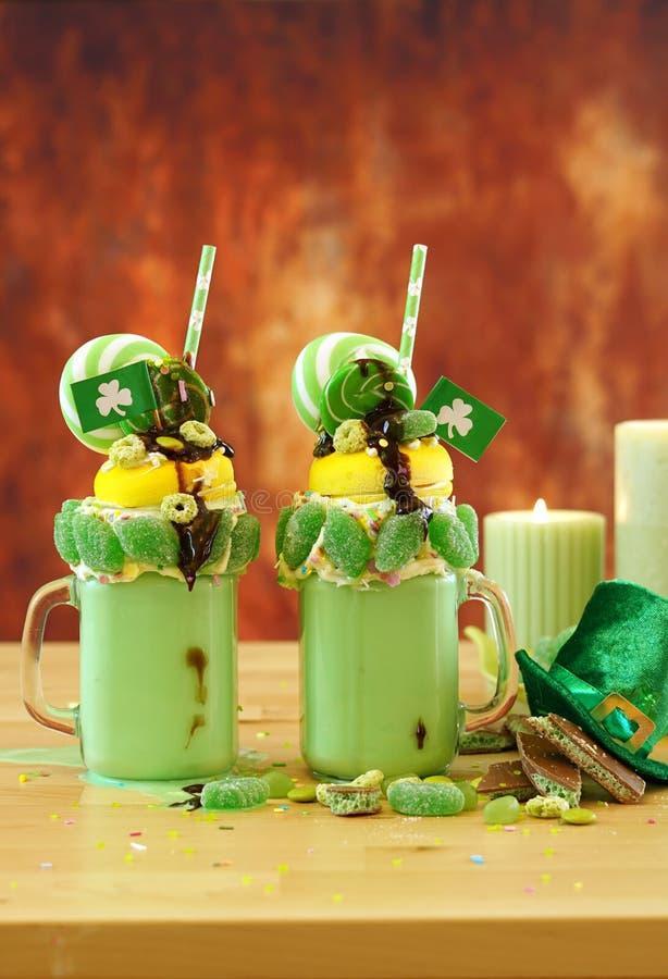 Il freak di festa di su tendenza del giorno di St Patrick scuote con la caramella e le lecca-lecca immagine stock libera da diritti