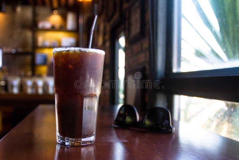 Il freddo di Americano è bevitori favoriti di un caffè preferisce l'amarezza e la freschezza fotografie stock libere da diritti
