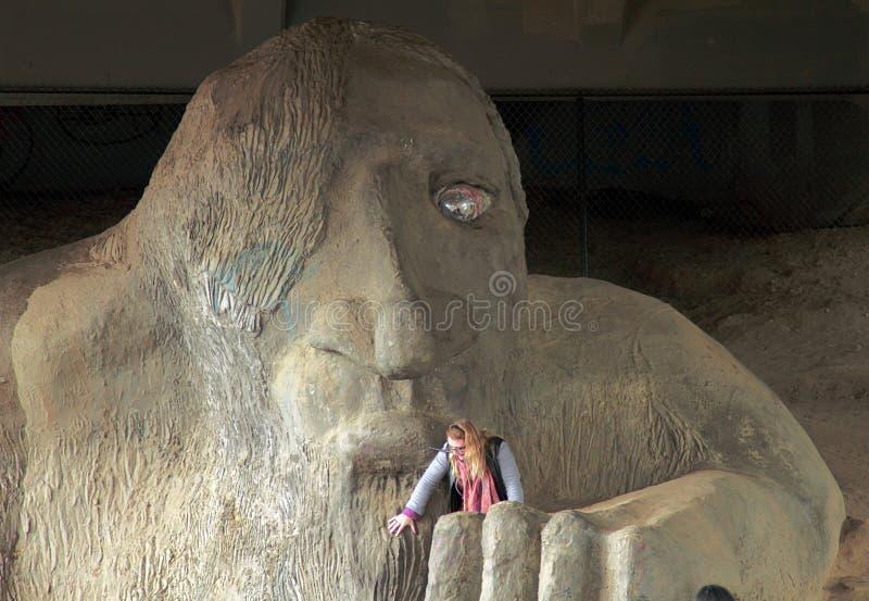 Il Fremont Troll, una scultura pubblica in Fremont immagine stock libera da diritti