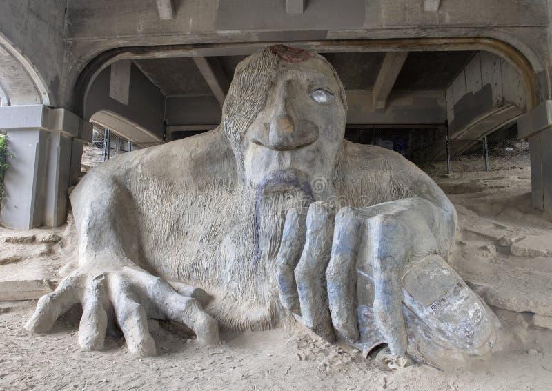 Il Fremont Troll, una statua colossale nell'ambito dell'estremità del nord di George Washington Memorial Bridge a Seattle, Washin fotografia stock libera da diritti