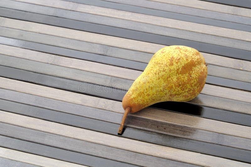 Il ` fresco organico della pera riduce il ` su fondo a strisce fotografia stock libera da diritti