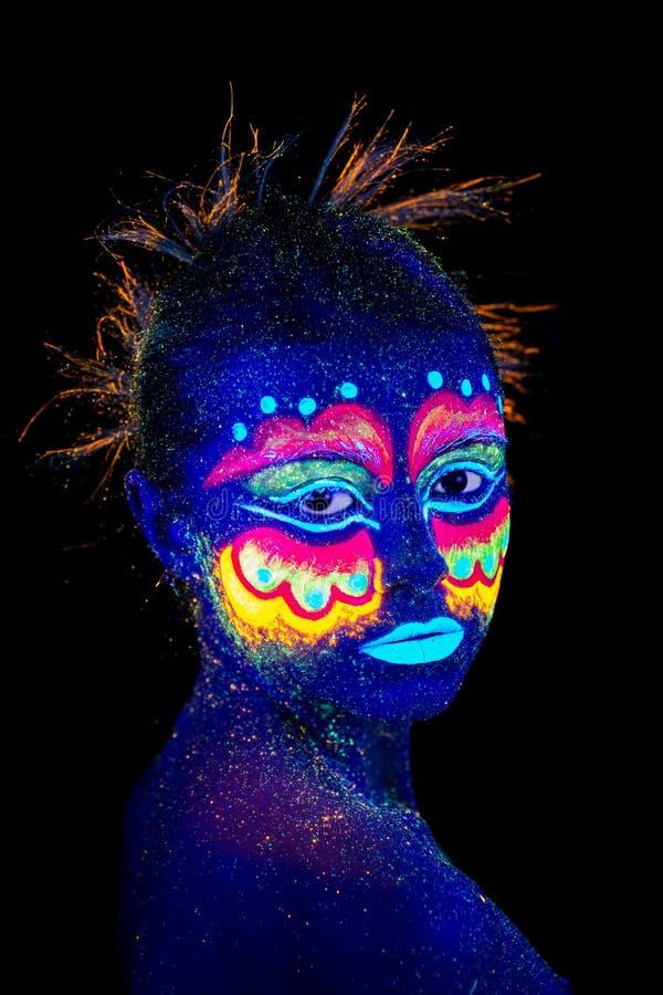 Il fronte del ritratto della donna, ritratto degli stranieri nel semi-profilo, trucco ultravioletto Bello aborigeno fotografie stock libere da diritti